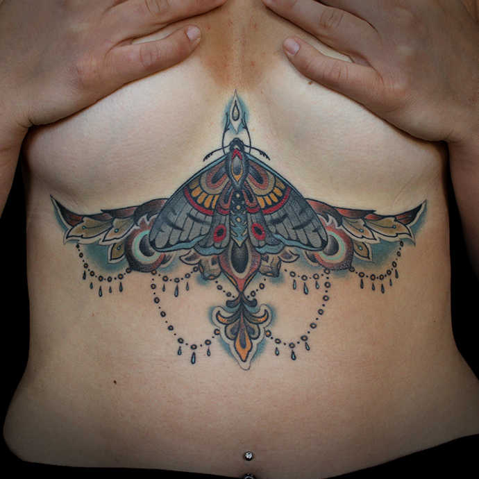 Neo Traditional Old School Art Tattoo Bauch Brust Motte